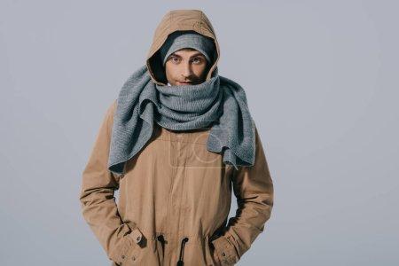 Photo pour Bel homme caucasien posant en chapeau, écharpe et manteau, isolé sur gris - image libre de droit