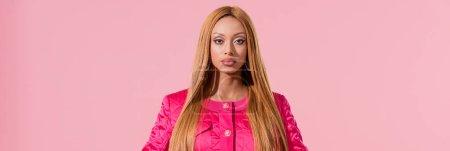 Photo pour Photo panoramique d'une femme africaine élégante regardant la caméra isolée sur le concept de poupée rose, mode - image libre de droit