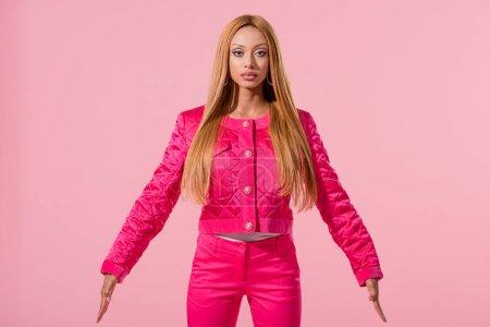 Photo pour Belle afro-américaine élégante regardant la caméra isolée sur le concept de poupée rose, mode - image libre de droit
