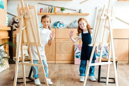 """Photo pour Heureux enfants souriant et agitant les mains à l """"école des beaux-arts - image libre de droit"""