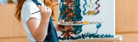 Photo pour Photo panoramique de la peinture d'enfant sur toile à l'école d'art - image libre de droit