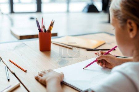 Photo pour Croquis d'un dessin d'enfant sur papier avec crayon de couleur - image libre de droit