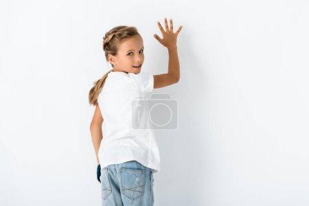 Photo pour Happy kid regardant la caméra sur le blanc - image libre de droit