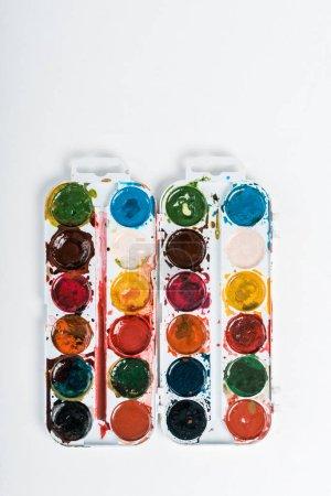 Photo pour Top vue de peinture à l'aquarelle colorée isolée sur blanc - image libre de droit