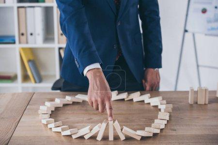 Foto de Vista parcial del gestor de riesgos que detiene el efecto dominó de la caída de bloques de madera - Imagen libre de derechos