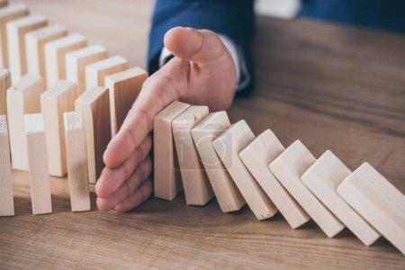 Photo pour Vue partielle du gestionnaire de risques bloquant l'effet domino des blocs de bois tombants - image libre de droit