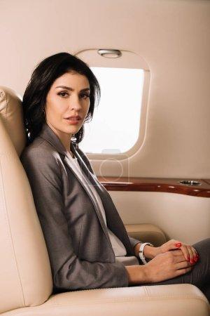 Photo pour Belle femme d'affaires en jet privé - image libre de droit