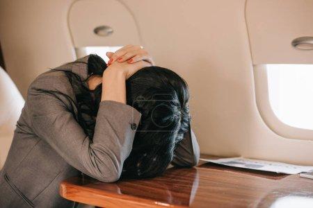 Photo pour Femme d'affaires avec peur de vol assis dans un jet privé - image libre de droit