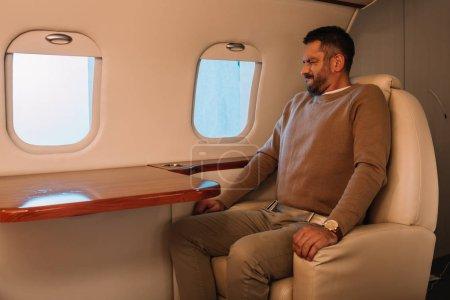 Photo pour Homme effrayé avec les yeux fermés assis en jet privé - image libre de droit