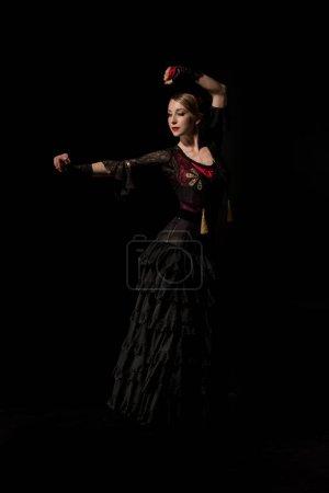 Photo pour Séduisant danseur de flamenco en danse costumée isolé sur noir - image libre de droit