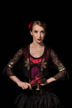 Photo pour Belle danseuse de flamenco tenant ventilateur et regardant la caméra isolée sur noir - image libre de droit