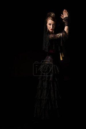 Photo pour Attrayant jeune danseur de flamenco danse et applaudissements mains isolées sur noir - image libre de droit