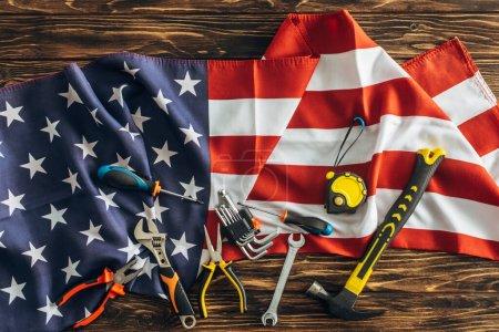 Photo pour Vue du dessus des instruments sur le drapeau américain, concept de la journée du travail - image libre de droit