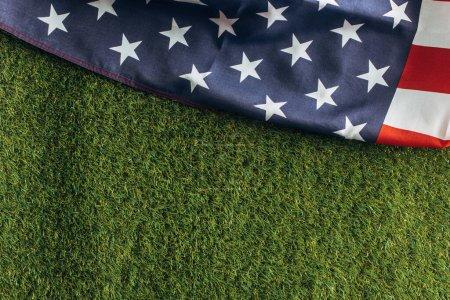 Photo pour Vue du haut du drapeau américain sur l'herbe verte à l'extérieur, concept de la journée du travail - image libre de droit