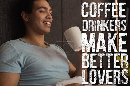 Photo pour Heureux mixte homme tenant tasse de café près de buveurs de café faire de meilleurs amants lettrage dans la chambre - image libre de droit