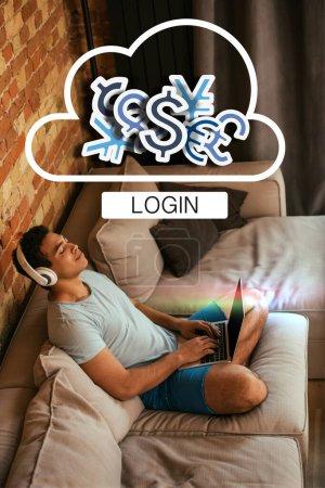 Foto de Joven hombre de raza mixta con los ojos cerrados chillando y escuchando música en los auriculares cerca del portátil y la nube virtual con signos de dinero y la carta de acceso. - Imagen libre de derechos