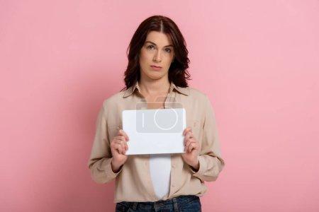 Photo pour Triste femme brune tenant la carte vide sur fond rose, concept de corps positif - image libre de droit