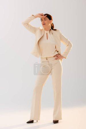 Photo pour Femme d'affaires fatiguée avec la main près du front sur fond gris - image libre de droit