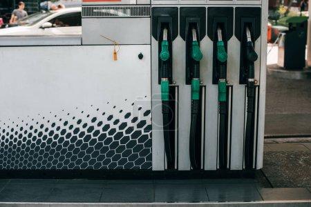 Dysze paliwowe na stacji tankowania samochodów na ulicy miejskiej