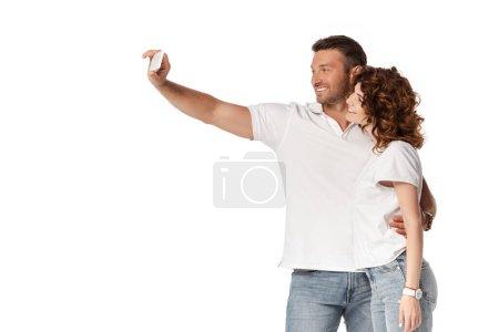 szczęśliwy człowiek biorąc selfie z atrakcyjne kręcone żona izolowane na biały