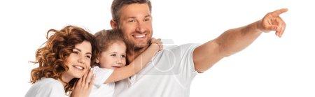 Photo pour Récolte horizontale de père heureux pointant avec le doigt près de femme gaie et enfant isolé sur blanc - image libre de droit