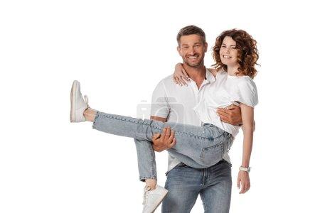 fröhlicher Mann im Arm lockige Frau isoliert auf weiß