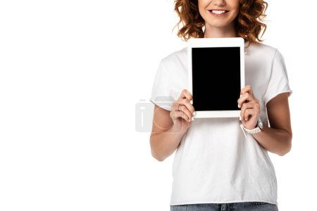 vue recadrée de femme heureuse tenant tablette numérique avec écran blanc isolé sur blanc