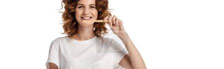 Photo pour Récolte panoramique de femme gaie et bouclée brossant des dents isolées sur blanc - image libre de droit