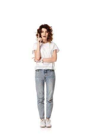 Photo pour Femme bouclée debout et gestuelle tout en ayant l'idée sur blanc - image libre de droit