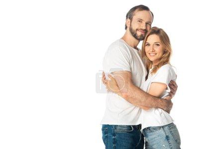 Photo pour Heureux couple adulte en t-shirts blancs embrassant isolé sur blanc - image libre de droit