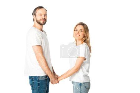 Photo pour Vue latérale du couple adulte en t-shirts blancs tenant les mains isolées sur blanc - image libre de droit