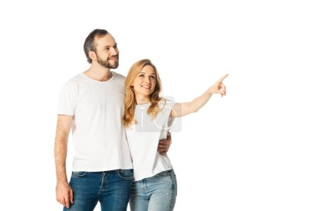 Photo pour Joyeux couple adulte en t-shirts blancs pointant du doigt isolé sur blanc - image libre de droit