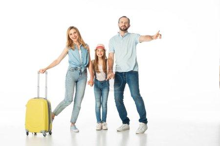 glückliche Familie mit Reisetasche isoliert auf weiß
