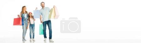 glückliche Familie mit bunten Einkaufstaschen isoliert auf weißer, panoramischer Aufnahme