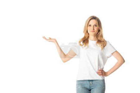 attraktive erwachsene Frau zeigt mit der Hand zur Seite isoliert auf weiß