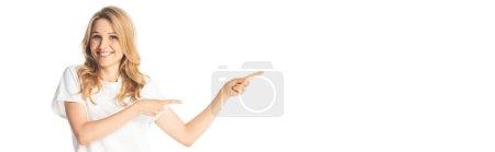 Photo pour Souriant attrayant adulte femme pointant avec les doigts de côté isolé sur blanc, panoramique shot - image libre de droit