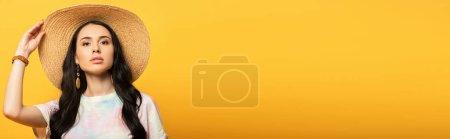 Photo pour Fille brune posant en chapeau de paille sur fond jaune, plan panoramique - image libre de droit