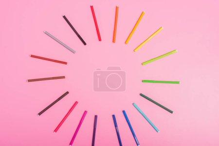 Photo pour Vue du dessus du cadre vide des stylos couleur feutre sur rose avec espace de copie - image libre de droit