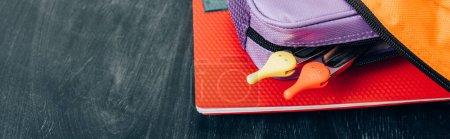 Photo pour Sac à dos avec ordinateur portable, étui à crayons et diviseur de boussole sur tableau noir, en-tête de site Web - image libre de droit