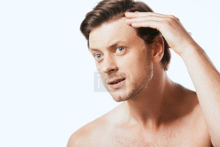 Photo pour Homme torse nu touchant les cheveux isolés sur blanc - image libre de droit