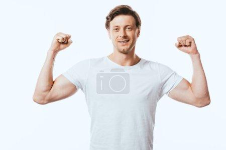 Jeune homme montrant geste ouais tout en regardant la caméra isolée sur blanc