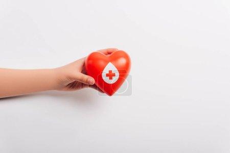Photo pour Vue recadrée de la main féminine avec coeur rouge sur blanc, concept de don de sang - image libre de droit