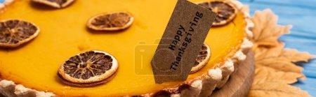 Photo pour Vue rapprochée de tarte à la citrouille décorée avec carte d'action de grâces heureuse, vue panoramique - image libre de droit
