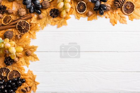 Photo pour Vue de dessus de la décoration automnale sur fond blanc en bois - image libre de droit
