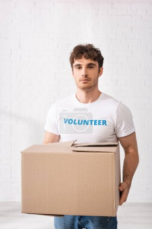 Junge Freiwillige mit Karton in Charity-Zentrum