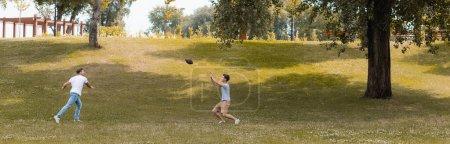 en-tête du site du père et du fils adolescent jouant au football américain dans un parc vert
