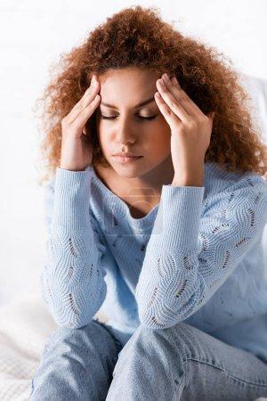 Photo pour Femme rousse souffrant de maux de tête à la maison - image libre de droit