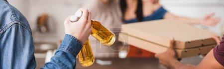 Photo pour Vue recadrée d'amis multiculturels tenant des boîtes de bière et de pizza, en-tête du site - image libre de droit