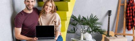 Photo pour Récolte panoramique de couple tenant ordinateur portable avec écran blanc tout en étant assis sur les escaliers près des boîtes, concept de relocalisation - image libre de droit