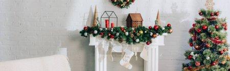 Photo pour Vue panoramique du coin du feu avec bas de Noël et pin décoré - image libre de droit